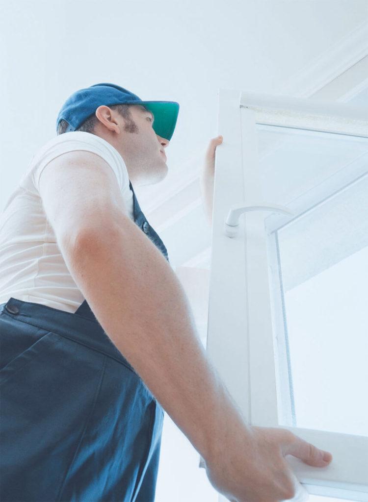 Arbeiter, der ein Fenster einbaut
