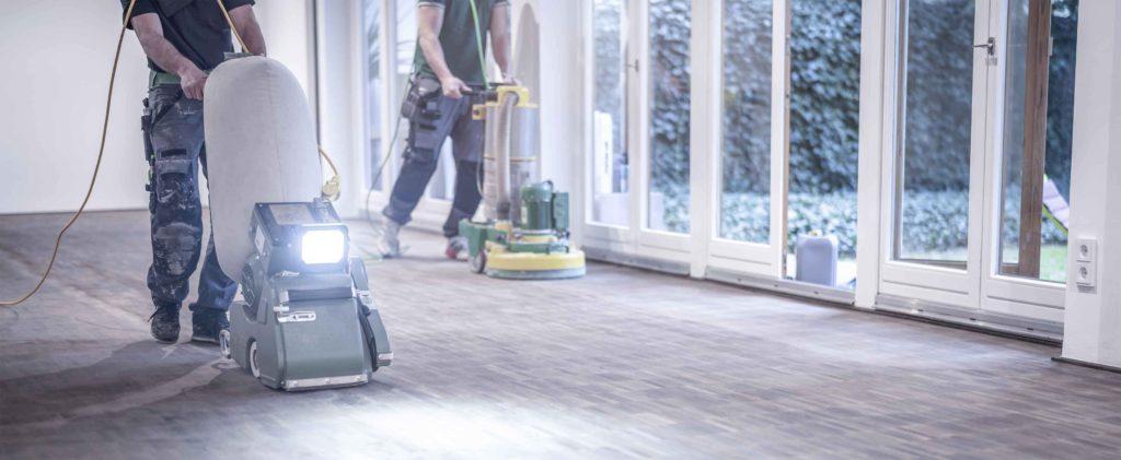 Arbeiter, die einen Innenboden reinigen