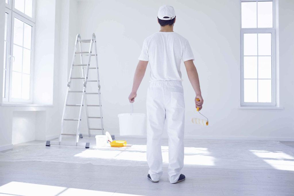 Arbeiter, der ein Zimmer ausgemalt hat