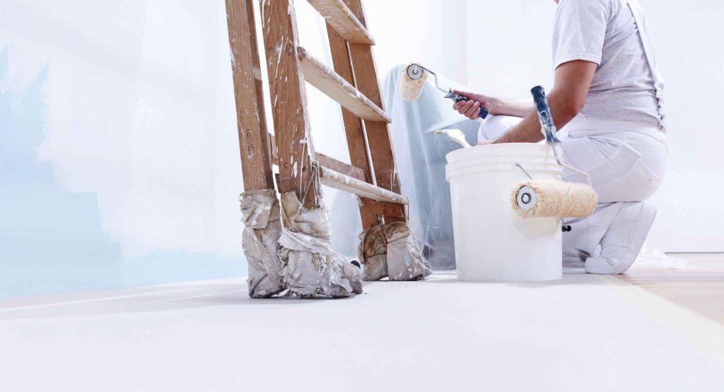 Arbeiter, der ein Zimmer ausmalt