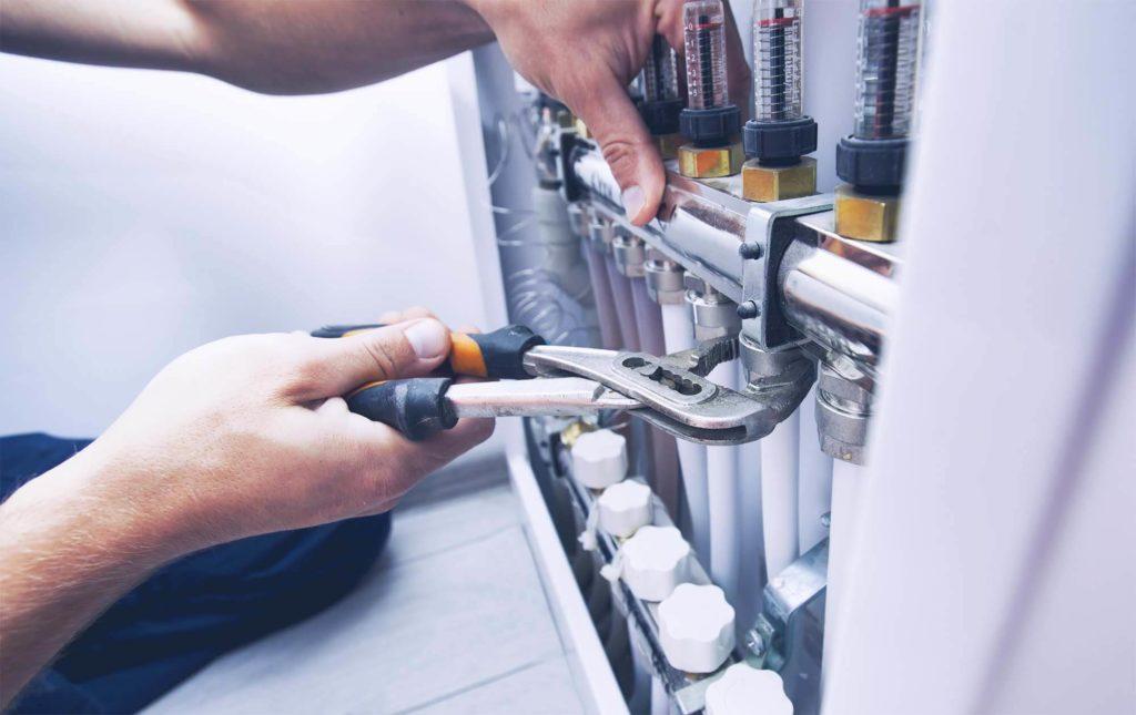 Arbeiter, der ein Heizsystem installiert