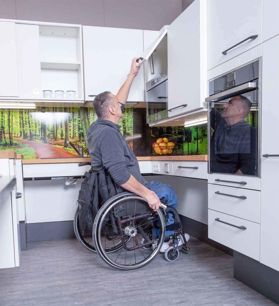 Höhenverstellbarer Kasten in barrierefreier Küche