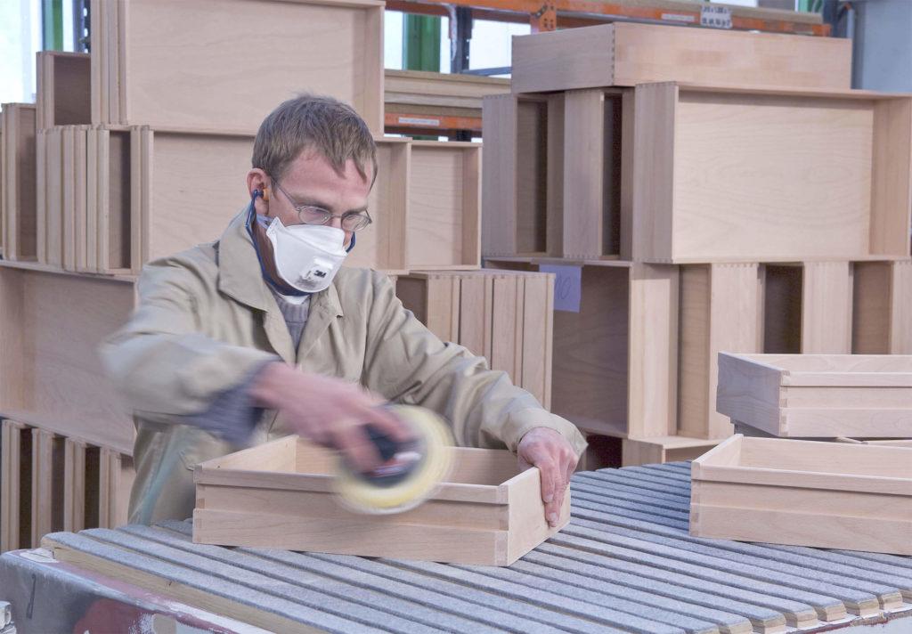 Mitarbeiter, der eine Schublade schleift