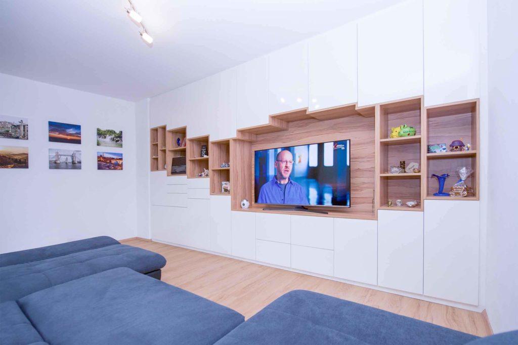 Wohnwand aus Holzelementen