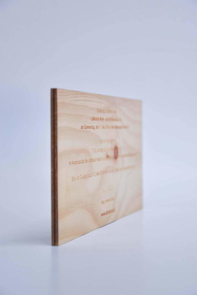 Einladungskarte aus Holz mit Lasergravur
