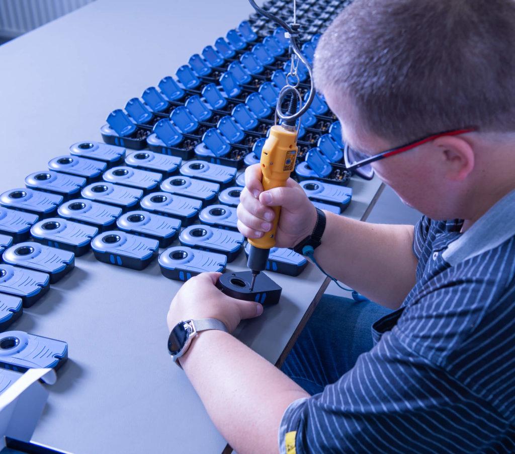 Ein Mitarbeiter der E-Technik-Abteilung fertigt händisch ein Produkt
