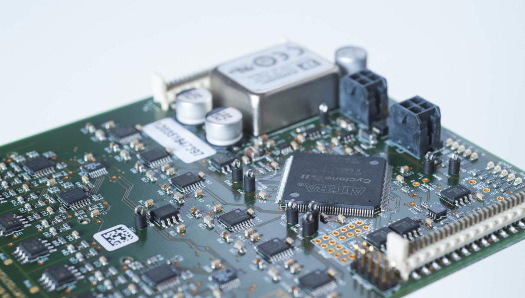 Eine Nahaufnahme einer Leiterplatte der E-Technik-Abteilung der Team Styria Werkstätten GmbH