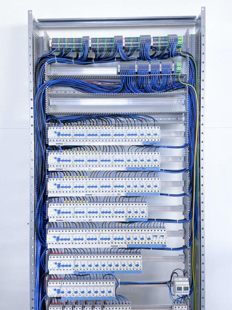 Eine Nahaufnahme eines Schaltschranks der E-Technik-Abteilung der Team Styria Werkstätten GmbH
